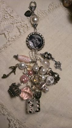 Kitty'sScrapPost: More Bottle Cap Chunky Charms Charm Jewelry, Jewelry Crafts, Beaded Jewelry, Handmade Jewelry, Artisan Jewelry, Bottle Cap Jewelry, Bottle Cap Crafts, Bottle Caps, Beaded Purses