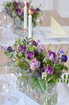 Tischdeko in Ultra-Violett selber machen - DIY-Anleitung. Ein einfacher Tischschmuck lässt sich mit wenigen Handgriffen günstig selber stecken. Gestalte deine Hochzeit selbst mit frischen, selbst arrangierten Blumen! #schnittblumen #blumendeko #floristik #blumenstrauß #brautstrauß #hochzeitsdekoration #hochzeit #hochzeitsdeko #boho #vintage #ultraviolett #lila #tischdekoration #anemonen