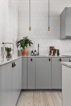 TUESDAY GREY | Simple grey and white kitchen with touches of gold and leather pull handles...how cute are the handles!! #tuesdaygrey #grey #kitchen #interior #inspiration || Image via Pinterest by Coco Lapine Design
