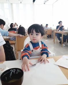 L'image contient peut-être: 2 personnes, personnes assises Cute Baby Boy, Cute Little Baby, Little Babies, Cute Kids, Cute Asian Babies, Korean Babies, Asian Kids, Baby Boy Photos, Cute Baby Pictures