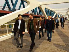 Neu Fußgänger und Radfahrer Brücke die die Donauseiten bestens verbindet - über 475 Meter - eine der größten in Europa.