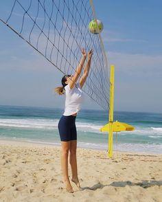 { Volleyball Lovers! }  Não tem como não entrar no clima o Rio de Janeiro tá respirando esporte! Uma energia sem igual!!  Juntamos as amigas e fizemos aqui na frente do @grandhyatt_rio mesmo! O hotel oferece a todos os hóspedes várias modalidades de esportes. Achei incrível!  #beachlife #summerdays #grandhyattrio #fhitsnograndhyatt #fhitsrio