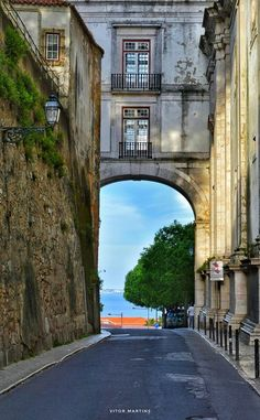 Arco grande de Cima. Lisboa Most Beautiful Cities, Beautiful Buildings, Azores, Places Around The World, Around The Worlds, Portuguese Culture, Virtual Travel, The Beautiful Country, Spain And Portugal