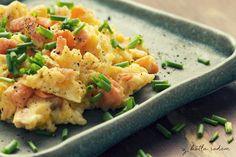 Jajecznica z łososiem, czyli pomysł na szybkie poranne danie... takie troszkę od święta :) #losos #jajecznica #sniadanie #odswieta