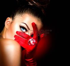 Vintage Style Donna Misteriosa rosso indossando Glamour Gloves Archivio Fotografico