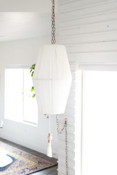 How to DIY an on trend rope wrapped swag light from thrift store lampshades!!