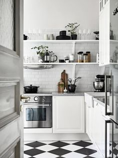 Neat monochromatic kitchens. Looks gorgeous in black and white but how do you keep it tidy? ;)