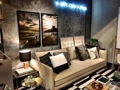 Quadro díptico Le Brown, sala de estar, sofá cinza e luminária letreiro