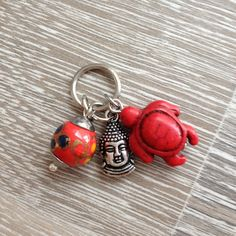 Bedel van rode howliet schildpad, metalen Boeddha en een rode glas kras met beschildering. Van JuudsBoetiek; €2,50. Wil je er een ketting bij? Vraag naar de mogelijkheden! Bestellen kan via juudsboetiek@gmail.com. www.juudsboetiek.nl.