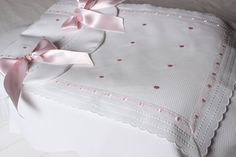 Saco capazo Mis Niñas Baby E, Mom And Baby, Baby Kids, Baby Sheets, Cot Bedding, Receiving Blankets, Baby Crafts, Cottage Chic, Baby Wearing
