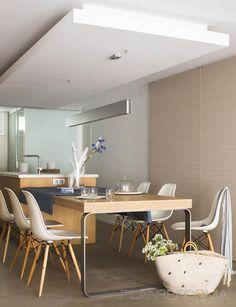 Open space apartment interior design in madrid. Home Kitchens, Dining Room Design, Kitchen Remodel, Kitchen Benches, Kitchen Design, Apartment Interior Design, Minimalist Kitchen, Dining Table, Apartment Interior