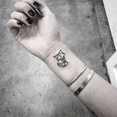 Origami-Tattoo am Handgelenk