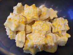Das perfekte Saure Sahne Plätzchen-Rezept mit Bild und einfacher Schritt-für-Schritt-Anleitung: die Butter in Stücke schneiden und mit den Zutaten zu…