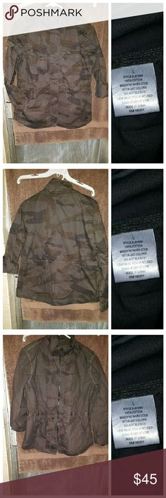 New Arrival!!! ?????? CAMOUFLAGED Utility jacket! New Arrival!!! ?????? CAMOUFLAGED Utility jacket!  Light Weight Jacket  Sizes Available S M L XL 100% cotton  True to size but will provide measurements upon request Drawstring is inside as shown in last picture Can be rolled up   No hood Jackets & Coats Utility Jackets