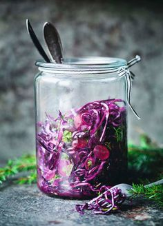 Sødmefull salat. Rødkålsalaten passer både til ribbe og det vegetariske koldtbordet. Druene sørger for sødme.