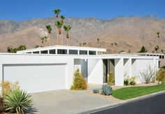 Raised roof with windows for living area Palm Springs Mid Century Modern, Mcm House, Palm Springs Style, Modern Mountain Home, Concrete Houses, Minimalist House Design, Modern Exterior, Mid Century House, Mid Century Modern Design