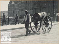 Arroseuse municipale sur le pont d'Arcole. Paris (IVème arrondissement), vers 1900. Paris, musée Carnavalet.
