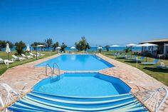 Description: Villa's en appartementen direct aan zee en strand. Wát een plek... Die rust en ruimte vind je bijna nergens meer  Direct aan zee en strand Corfu Sea Palm Residence is een pareltje. Wat is het hier mooi! Die rust en ruimte vind je nog maar zelden. Elegante witte gebouwen op uitgestrekte groene grasvelden. Het zwembadwater heeft dezelfde hemelse tint blauw als de Ionische Zee die op de achtergrond het plaatje afmaakt. Corfu Sea Palm Residence is heerlijk ruim opgezet zodat je er…