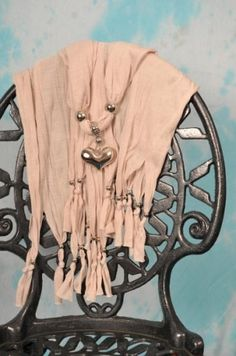 Skjerf m/stort hjerteanheng.Farge:WestarBeige (#e4dfd9 - RGB: 228, 223, 217) Materiale:80% bomull20% polyester  Anheng: Akryl Ml: Ca 170x45 cm