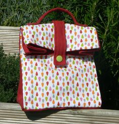Sac à goûter - Tutoriel Mademoiselle M | Mes petites coutures Sac Lunch, Lunch Box, Sewing Online, Diy Sac, Snack Bags, Couture Sewing, Fabric Bags, Fabric Crafts, Diaper Bag