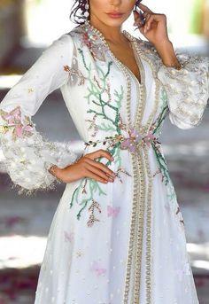 Inspirational Street Style Looks Morrocan Dress, Moroccan Caftan, Arab Fashion, Indian Fashion, Hijab Stile, Caftan Dress, Oriental Fashion, Traditional Dresses, Beautiful Dresses