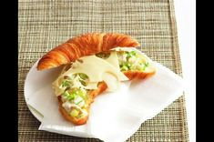 Croissant s kuřecím salátem Croissant, Hot Dog Buns, Sushi, Tacos, Menu, Bread, Breakfast, Ethnic Recipes, Food