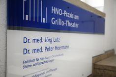 Das Praxisschild der HNO-Privatpraxis am Grillo-Theater in Essen