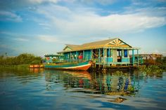 Floating house on Tonlé Sap lake, Cambodia. Beautiful Homes, Beautiful Places, Tonle Sap, Houseboat Living, Water House, Outdoor Retreat, Floating House, Cozy Cabin, Wooden Boats
