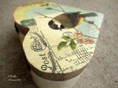 Krabička v tvare srdca, zhotovená dekupážou, použitá akrylová farba, patina. Na záver prelakovaná.  http://www.sashe.sk/HomeArt/detail/vintage-krabicka-srdieckova