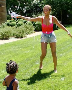 Beyonce Shares Adorable New Blue Ivy Photos: Peekaboo on Hammock, Blowing Bubbles on Lawn :) Beyonce 2013, Beyonce E Jay Z, Beyonce Style, Beyonce Knowles, Beyonce Kids, Blue Ivy Carter, King B, Cute Family Photos, Estilo Hippy