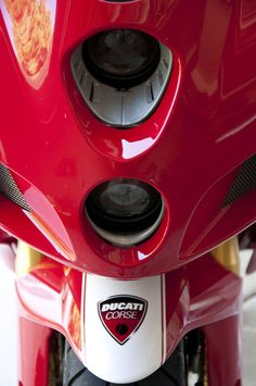2005 Designed by Pierre Terblanche Ducati 999r, Ducati Superbike, Ducati Motorcycles, Cx500 Cafe Racer, Cafe Racers, Ducati Models, Ducati Sport Classic, Cafe Racer Girl, Hot Bikes