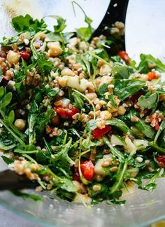 cookie salad This fresh and healthy farro salad is full of bold Greek flavors! You'll have plenty of time to prepare the ingredients while the farro cooks. Vegetarian Recipes, Cooking Recipes, Healthy Recipes, Vegetarian Salad, Amish Recipes, Dutch Recipes, Healthy Tips, Healthy Salads, Healthy Eating