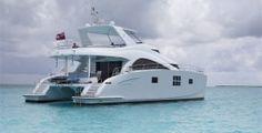 """Este es el Sunreef 60 Power. Un matrimonio divino de lujo y confort, el charter """"FOREVER"""" está equipada con las mejores comodidades. Hasta 8 personas pueden alojarse en sus 2 suites VIP y una cabina doble deluxe. $ 27,000 € por semana."""
