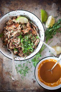 Sałatka z quinoa, kurczakiem i pieczarkami. I winegret z harissą (Red quinoa, chicken and mushroom salad with harissa vinaigrette.)