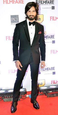 Shahid Kapoor looked dapper in a black suit with a bow tie on the Red Carpet at the 59th Idea Filmfare Awards 2013. #Style #Bollywood #Fashion #Beauty