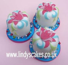 Cutwork inspired mini cakes, Lindy teaches this how to ice and decorate mini cakes similar to these - fancy joining her?
