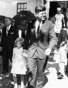 1963. 4 Août. President Kennedy and Caroline Kennedy exit St. Francis Xavier Church in Hyannis after attending mass. Copyright New Bedford Standard Times in the John F. Kennedy Presidential Library and Museum, Boston.