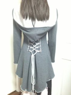 Meine neueste Kreation! Ich bin so aufgeregt, dass dies für Sie bringen! Ich hatte eine überwältigende Resonanz von meinen Freunden mit diesem Design. Es wird werden zukünftige Variationen dazu, also stay tuned!  Diese Liste ist für diese Art der Jacke in SMOKEY GREY. Ich denke, dass Sie auch diesen Mantel in einen weiblichen Piraten... Arrgghhh dress up könnte!!  Es ist hinten länger und kürzer in der Front, mit einem Kraut Saum (ein bisschen gewellt) Das interessanteste Feature ist die…