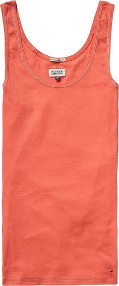Das schlichte Linda Top von Tommy Hilfiger lässt sich vielseitig kombinieren. Sei es zu einer schlichten Jeans oder zu einem Rock, das Top passt zu allem. 94% Baumwolle, 6% Elastan...