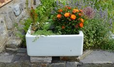 Ideas for growing veg, flowers, and even mini-ponds in Vintage Sink Planters. Includes tips on where to find them and how to plant them up Garden Sink, Love Garden, Garden Planters, Planter Pots, Planter Ideas, Belfast Sink Planter, Belfast Sink Garden, Garden Ideas Diy Cheap, Playstation Plus