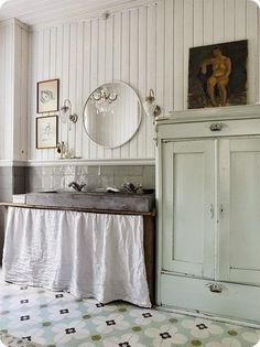 FleaingFrance.....pale kitchen