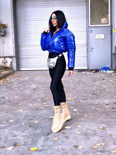 Giubbino corto bomberino di colore bluette. Imbottino con impuntura orizzontale sul tessuto antipioggia, esterno. Collo alto e zip frontale per chiusura. Soho, Knee Boots, Jeans, Sports, Shopping, Fashion, Hs Sports, Moda, Fashion Styles