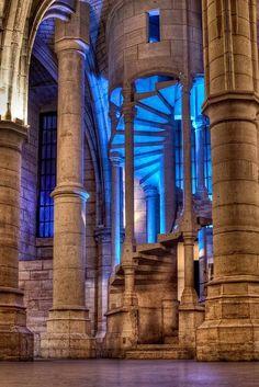 A Conciergerie é o vestígio principal do antigo Palácio da Cidade, que foi residência e sede do poder real francês do século X ao século XIV e que se estendia sobre o local em que hoje está o Palácio de Justiça de Paris. Atualmente, o edifício estende-se peloquai de l'Horloge (cais do relógio), sobre a Ilha de la Cité, no 1º arrondissement de Paris. Foi convertida em prisão do Estado em 1392, após o abandono do palácio por Carlos V e seus sucessores.