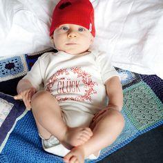 Eine Zwergenmütze hilft immer! Bei Schnupfen, Müdigkeit und schlechter Laune.     #zumglueckgeboren #glück #happiness #baby #babybody #babyonesies #vienna #happinesswillguideyou #welcome #no17 #zumglueck #dasglueckbegleitetdich #liebe #vonherzen #geschenk #perfectpresent #liebeserklärung #doertekaufmann #babydecke #handgemacht #handstrick #instaknitting #blanket #rose #cottoncashmere #raute #bestegeschenksidee Product Page, Cashmere, Onesies, Rose, Kids, Clothes, Fashion, Gift, Young Children