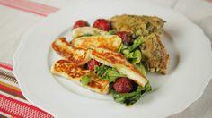 Halloumi-mansikka-salaatti ja quinoa-pinaattivuoka