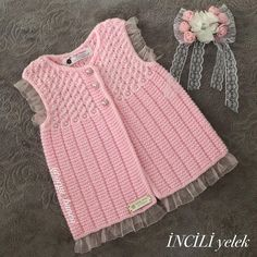 This Pin was discovered by Emi Baby Cardigan Knitting Pattern, Baby Knitting Patterns, Knitting Designs, Baby Patterns, Knitting For Kids, Crochet For Kids, Crochet Baby, Gilet Crochet, Baby Pullover