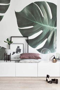 Laid-back sophistication. This monstera leaf wallpaper bring a refined yet stylish touch to your living room spaces. The oversized jungle leaves add intense greenery to your home, transforming it into a subtle tropical oasis. Styled by Tanja van Hoogdalem, love the use of the wallpaper applied to a canvas!