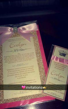 Ésta es una invitación femenina que representa cómo una muchacha está a punto de hacer una mujer con los acentos rosados y del brillo.
