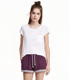 Plum. Short shorts in melange sweatshirt fabric with elasticized drawstring waistband. Sewn cuffs at hems.