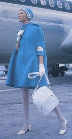 Pierre Cardin a signé cet uniforme unique, légèrement futuriste dans les années 60. Olympic Airlines en 1969